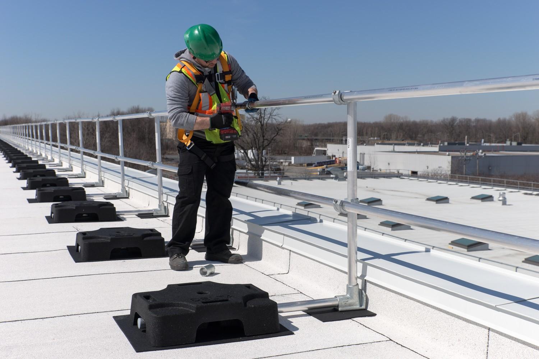Travailleur sur un toit avec garde-corps Delta – Prévention des chutes