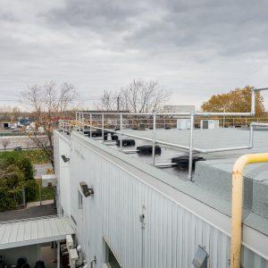 Garde-corps autoportant sur un toit pour prévenir les chutes